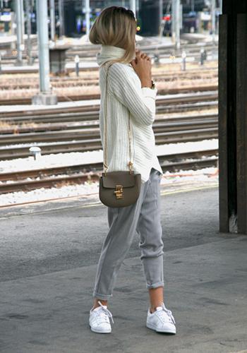 Серые брюки под кроссовки фото