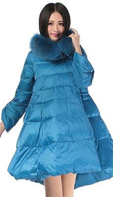 Расклешённый синий пуховик фото