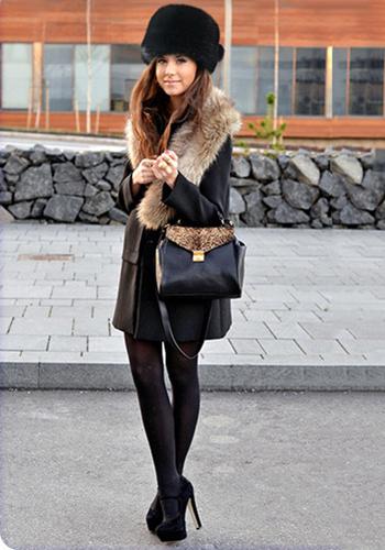 Чёрная шапка под зимнее пальто фото