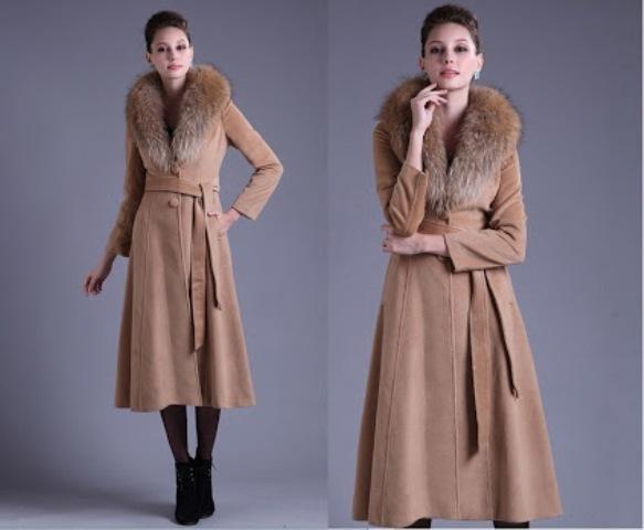 Бежевое пальто с меховым воротником фото