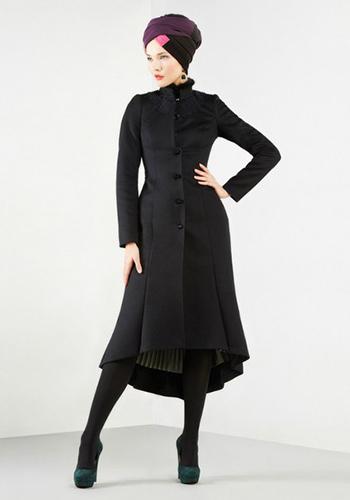 Черное приталённое пальто с меховым воротником фото
