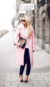 Розовое длинное зимнее пальто фото