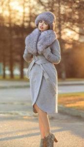 Красивое серое зимнее пальто фото