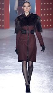 Бордовое пальто с меховым воротником фото