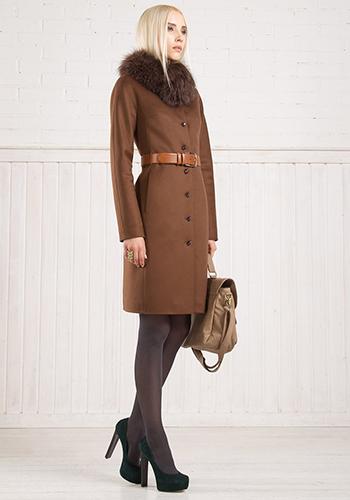 Коричневое пальто до колена фото