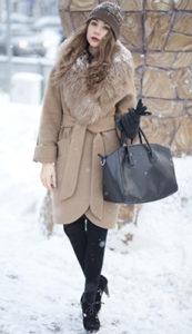 Светлое пальто с мехом зимой фото