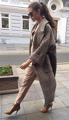 Лёгкое коричневое пальто фото
