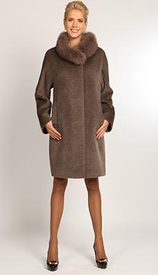 Коричневого пальто с меховым воротником фото