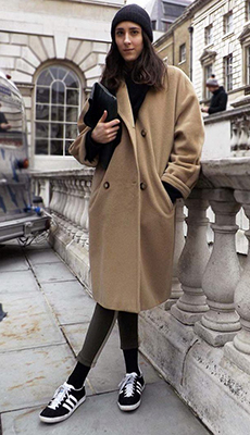 Модное коричневое пальто фото