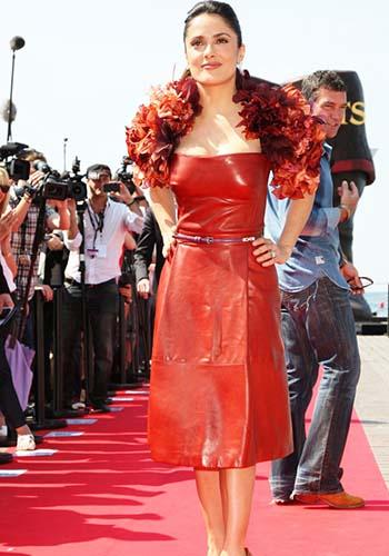 Кожаное платье на красной дорожке фото
