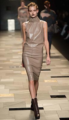 Светлое кожаное платье фото