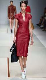 Красное кожаное платье под чёрную сумку фото