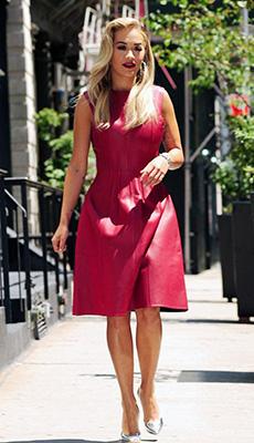 Яркое кожаное платье фото