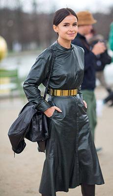 Чёрное кожаное платье под пояс фото