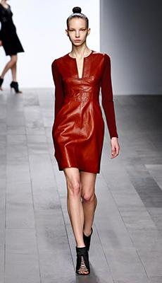 Трендовое кожаное платье фото