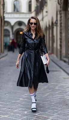 Кожаное платье с белой сумочкой фото