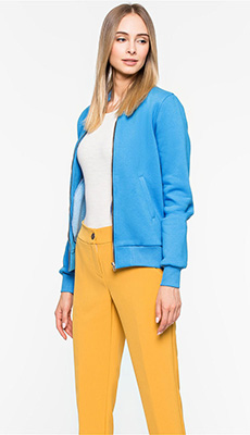 Голубой бомбер под жёлтые джинсы фото