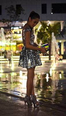 Короткое серебряное платье с пайетками фото