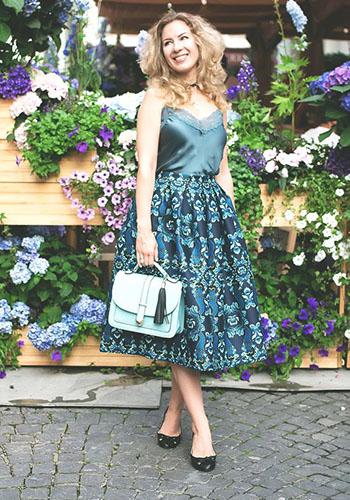 Топ в бельевом стиле под цветастую юбку фото