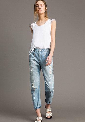 Белая майка под джинсы с высокой талией фото