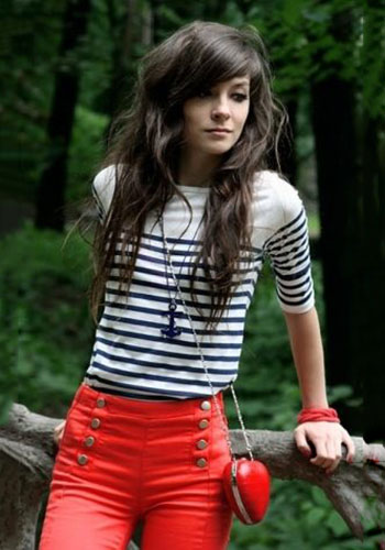 Полосатая футболка под джинсы с высокой талией фото