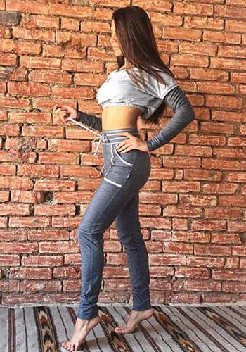 Короткая футболка под джинсы с высокой талией фото