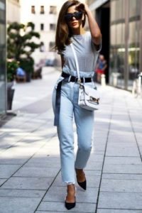 голубые укороченные джинсы